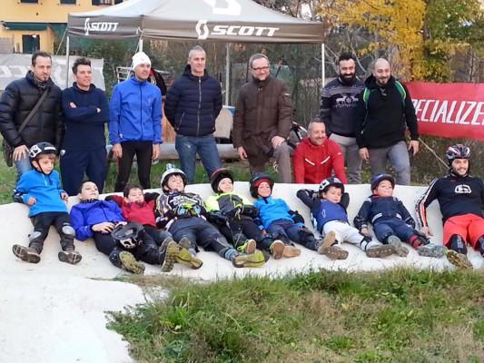 padri e figli in mtb alla scuoladi ciclismo
